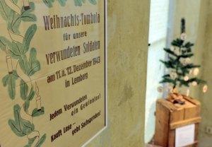 """Ein Tombola-Plakat aus dem Jahre 1943 hängt in der Ausstellung """"Von wegen Heilige Nacht - Weihnachten in der politischen Propaganda"""" am Donnerstag (05.11.2009) im NS-Dokumentationszentrum in Köln. Noch bis zum 17. Januar 2010 wird in der Ausstellung die Weihnachtszeit während der Weltkriege thematisiert. Foto: Jörg Carstensen dpa/lnw +++(c) dpa - Bildfunk+++"""